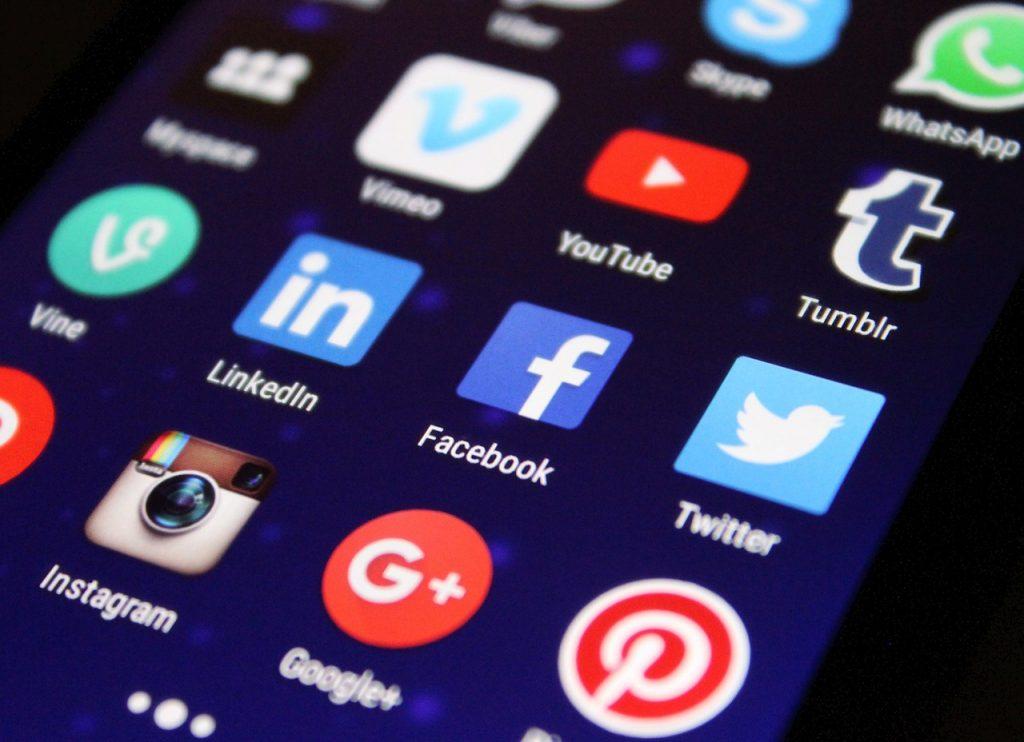Apostar por estrategias de posicionamiento SEO Search Engine Optimization y SEM Search Engine Marketing, realizando campañas en base a las palabras clave adecuadas